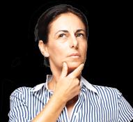 Kobieta trzyma się za brodę i chce zadać pytanie o Flavamed i mokry kaszel