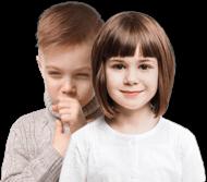 Mała dziewczynka uśmiecha się. Za nią stoi mały chłopiec, który ma mokry kaszel